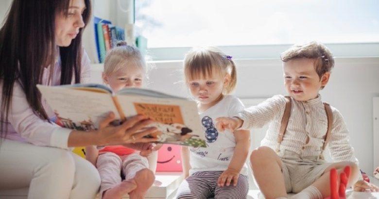 lettura-degli-insegnanti-ai-bambini-in-eta-prescolare