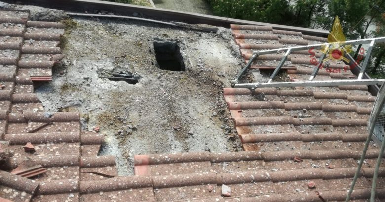 Fulmine su una abitazione, tetto esploso