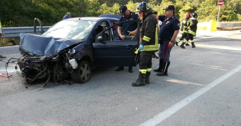 Schianto sulla Trignina, auto con cinque giovani a bordo contro guardrail