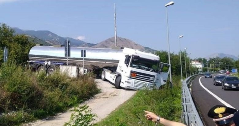 CRONACA - Grossa autobotte esce di strada ostruendo i binari, circolazione interrotta