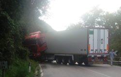 Camion di traverso, traffico in tilt sulla SS 158