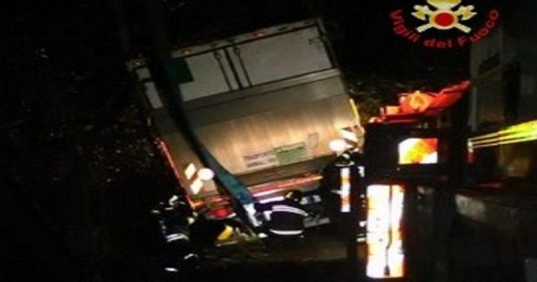Vinchiaturo, Camion fuori strada, intervento dei vigili del fuoco