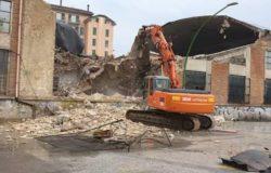 CROLLO CAPANNONE - Iniziati lavori di demolizione, dureranno un mese e si lavorerà anche di notte. La Sopraintendenza avrebbe voluto conservare alcune parti della struttura