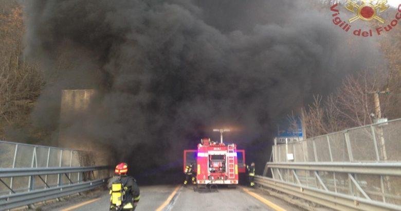 Civitanova del Sannio Auto in fiamme in galleria, statale chiusa