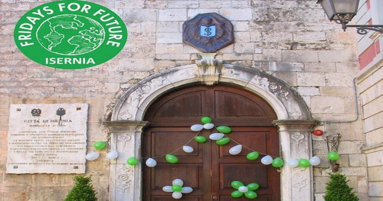 ISERNIA - Fridays for Future, anche il Comune aderisce all'iniziativa. Palloncini biancoverdi sul portone d'ingresso