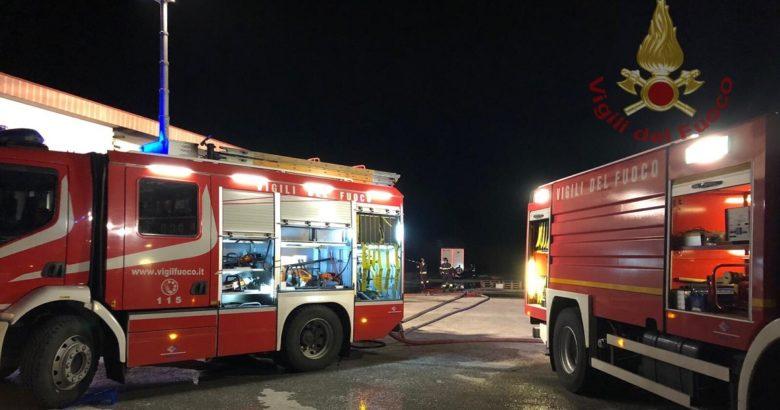CRONACA - Incendio nella notte nei pressi di un deposito, distrutti alcuni mezzi di trasporto