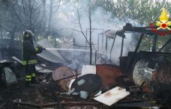 CRONACA - Prende fuoco una baracca alla periferia della città, vigili del fuoco ancora al lavoro