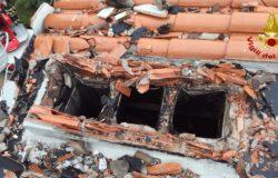Fulmine distrugge tre comignoli di uno stabile, intervengono i Vigli del Fuoco