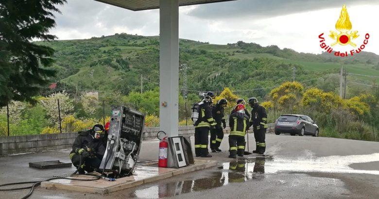 Lupara Auto contro la colonnina del distributore, allarme per fuga di gas