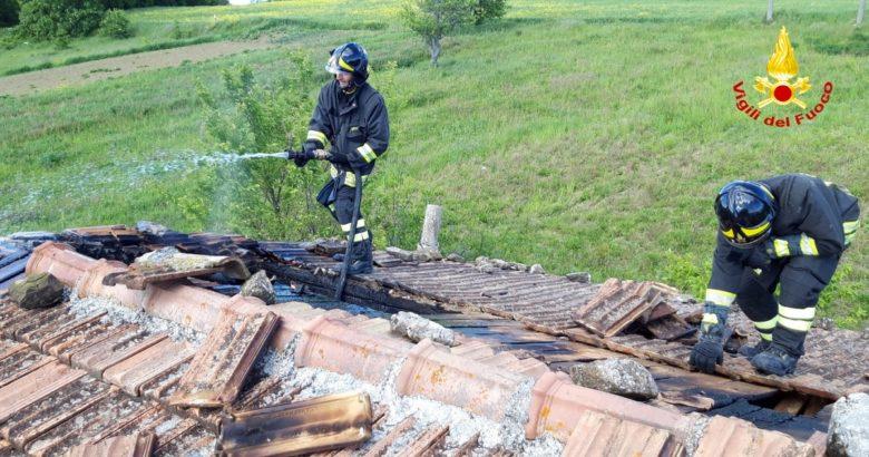 CRONACA - A fuoco il tetto di una casa, intervento dei Vigili del Fuoco