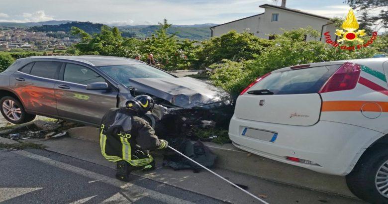 campobasso Incidente, scontro tra due auto. Finiscono contro una centralina del gas, evacuata l'intera zona
