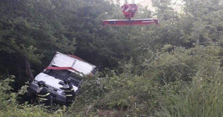 CRONACA - Sbanda con il furgone e finisce in un dirupo, conducente in ospedale