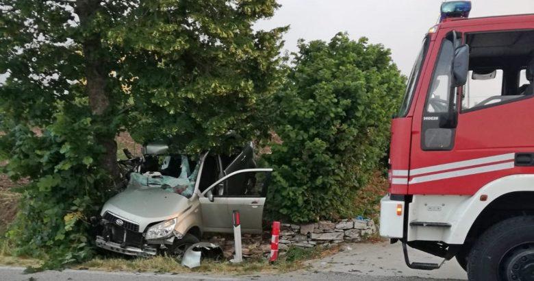 Incidente all'alba, 5 ragazzi si schiantano contro un albero
