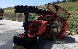 Padre e figlio si ribaltano con il trattore, sfiorata la tragedia