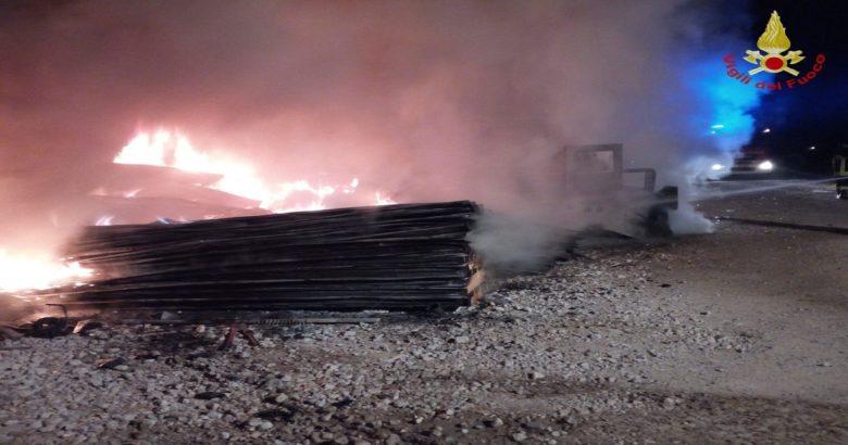 CRONACA - Incendio nella notte, a fuoco un cantiere