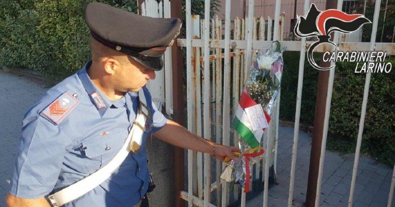 CORDOGLIO - Carabiniere ucciso a Roma, fiori davanti la caserma