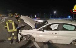 Auto si schianta contro guardrail