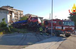 CRONACA - Autocarro con pala meccanica si ribalta, Vigili del Fuoco in azione
