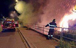 CRONACA - Incendi nella notte villetta in fiamme e roghi di sterpaglie, canneti ed incolto