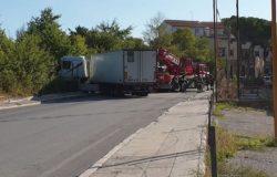 CRONACA - Sbanda per un colpo di sonno e finisce fuoristrada, autotrasportatore ferito