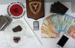 Giovane spacciatore arrestato in stazione eroina nei boxer, un chilo di hashish sotto la sella del motorino e oltre 4mila euro nell'armadio della camera