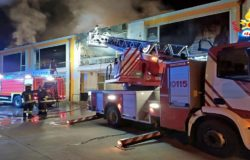 Incendio nella notte, distrutto uno stabile danni ad un negozio di abbigliamento, una palestra, un appartamento, un panificio e un negozio di ricambi