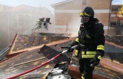 in fiamme il tetto di una palazzina in ristrutturazione