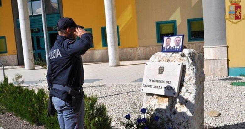 POLIZIA DI STATO - Isernia, il Questore depone un mazzo di fiori in onore di Matteo e Pierluigi nel giorno dell'ultimo saluto