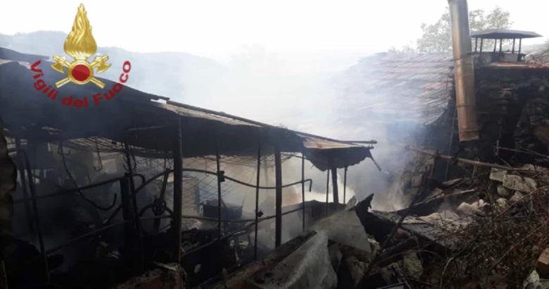 AGNONE -L'allarme è scattato intorno alle 7 di stamattina. I vigili del fuoco del locale distaccamento hanno ricevuto la segnalazione di un incendio scaturito all'interno di un deposito agricolo in località Macchielunghe.