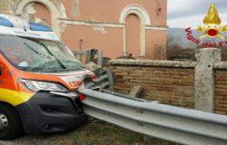 Ambulanza con paziente a bordo contro guardrail, cinque persone ferite