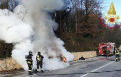 Auto in fiamme, conducente salvo per miracolo. Chilometri di code e viabilità in tilt