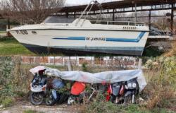 Scooter, barche, copertoni, eternit, materiale di risulta, rifiuti di ogni genere in una discarica abusiva. Sequestro e denunce