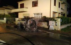 VENAFRO - Smart prende fuoco, auto distrutta dalle fiamme