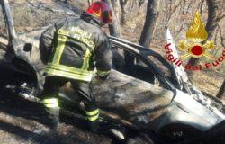 Bruciano l'auto usata per la rapina al portavalori finisce in un dirupo e innesca un incendio