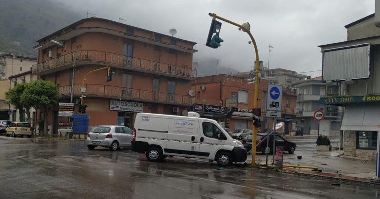 VENAFRO, Incrocio semaforo, tamponamento, furgone, auto