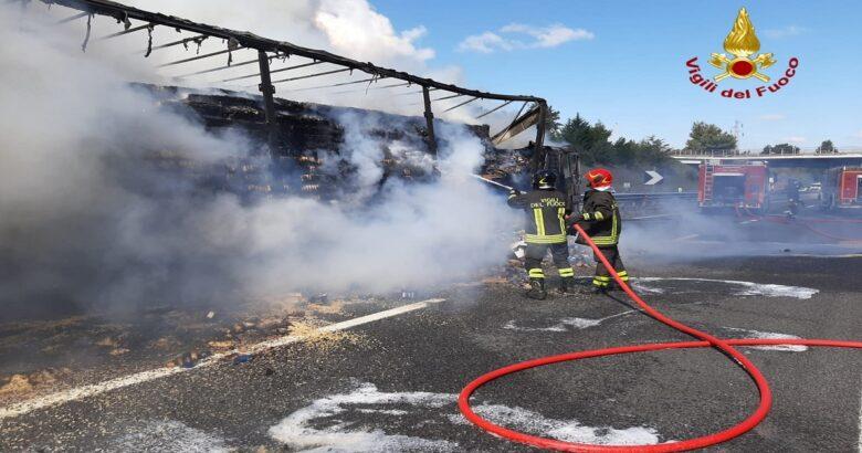 CRONACA - Camion in fiamme, traffico interrotto