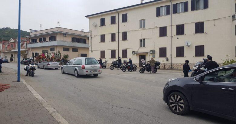 Picchetto d'onore all'addio dell'amico, centauri identificati e multati dai Carabinieri