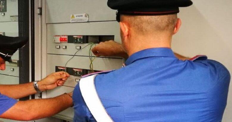 Si collega abusivamente, impianto elettrico, vicino di casa, 35enne