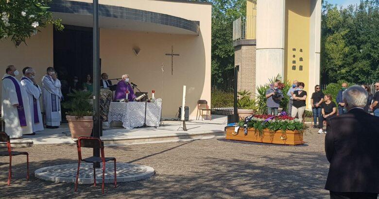 VENAFRO - Addio a Stefano Patriciello piazzale della Chiesa dei Ss. Martino e Nicola gremita di persone per l'ultimo saluto