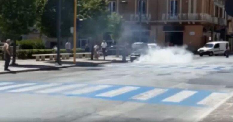 ISERNIA - Auto a fuoco davanti la Stazione, interviene la Polizia per domare le fiamme