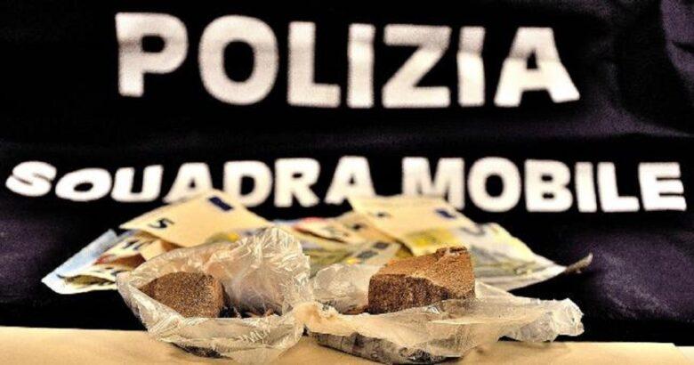 spaccio droga, arrestati, coppia di giovani, incensurati